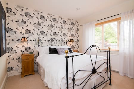 Black & White room in modern home - Tarporley - Bed & Breakfast