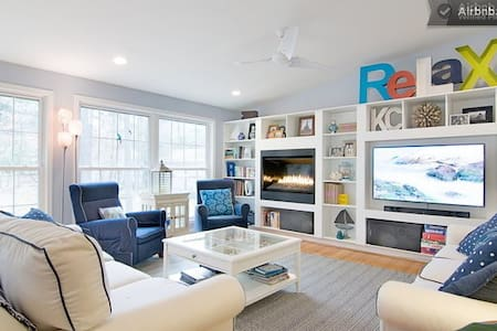 Our UNC Retreat is comfortable, spacious, inviting and 5 min from campus.  Amenities incl: double sized bed, attached bathroom, laundry,  wifi, bikes, on bus line, cable, and a light breakfast.