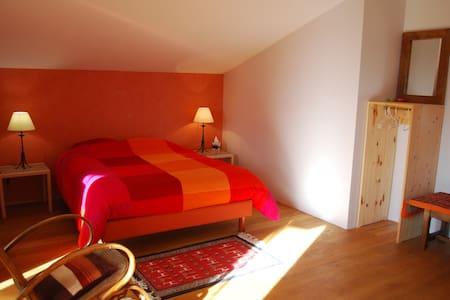 2 grandes chambres sur la colline - Haus