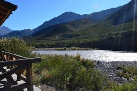 Cabaña de montaña a orillas del río - Potrerillos