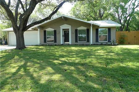 ACL!! 3BR/2BA Perfect Location!
