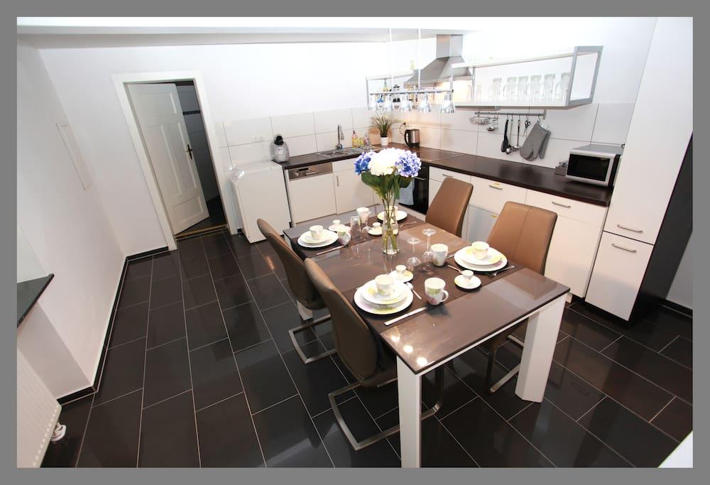 Große Küche mit Spül- und Waschmaschine