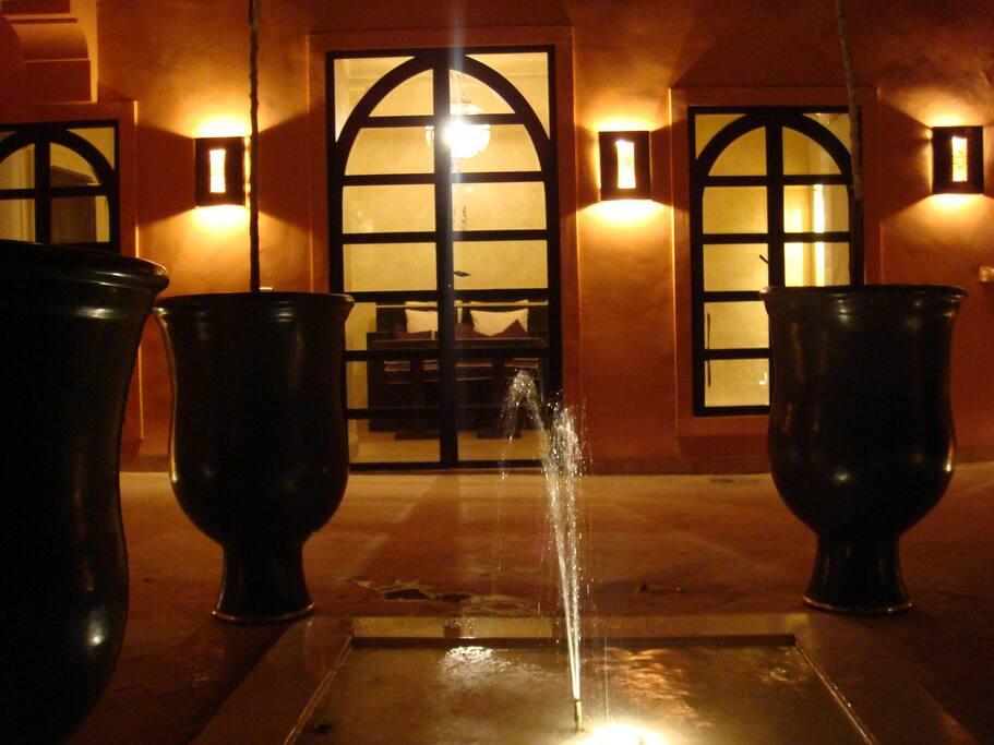 Fontaine éclairée en patio