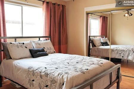 Bedroom in Hollywood with Parking - Los Angeles - Apartment