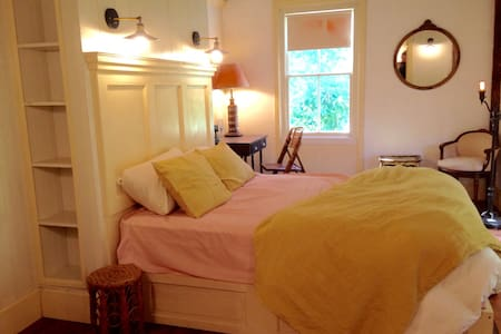 Queen Suite at The Bull & Garland - Bed & Breakfast