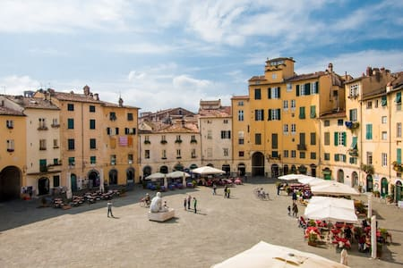 Pretty and welcoming apartment located within the roman Amphiteatre with view over the square. It can accommodate up to 4 people.
