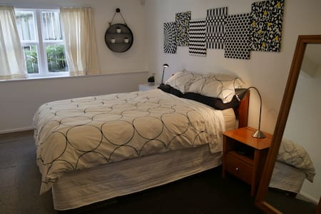Central, spacious, self contained - 1 brdm unit - Auckland - Apartment