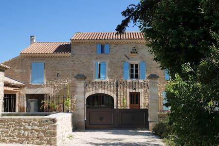 Charmant gîte indépendant dans mas provençal - Colonzelle