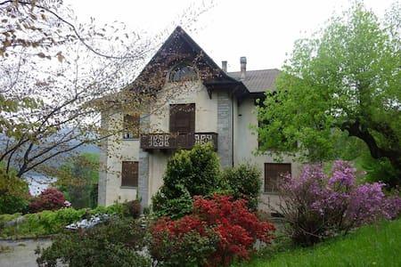 20thcentury house with huge garden - Miasino - Villa