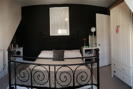 Lovely Modern Double Bedroom - Maison