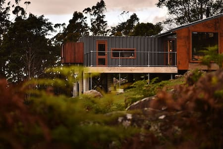 """the container"" - eco-luxe-recycled - Lilydale - Cabin"