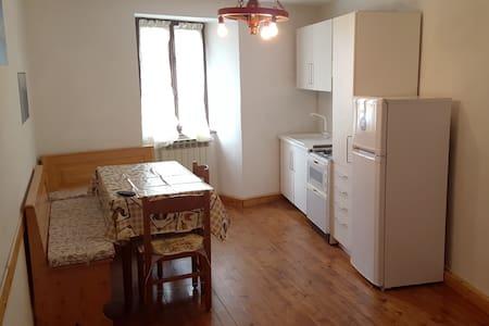 Appartamento a 150m dalla piazza con posto auto - Vezza d'Oglio - Apartemen