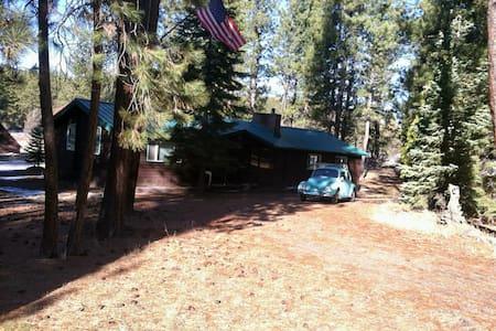 Cedar Cabin nestled in the Pines - Blockhütte