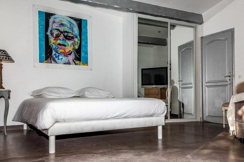 Cannes (villa) : Grand lit pour 1 ou 2 personnes/ large bed for 1 or 2