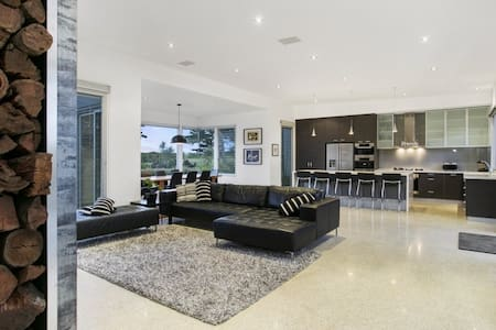 Luxury Escape Barwon Heads at 13th Beach - Hus