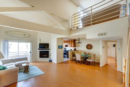 Massive Beach House 3 Bed, 2 Bathroom Sun-Lit Loft - Santa Monica - Apartment