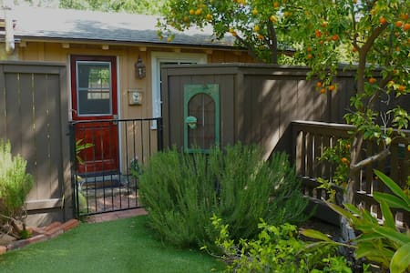 This one-bedroom guest house is a stand-alone studio with separate entrance. Newly renovated with plenty of natural light coming in!