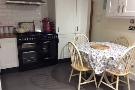 Two Lovely Single Occupancy Rooms in nice area. - House