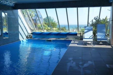 Vue mer et  piscine couverte - Appartement