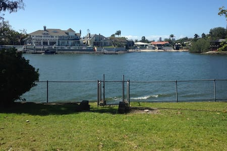 Waterfront House with the lot - Broadbeach Waters - Hus