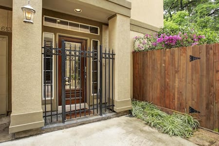 Private 1st FL BR with Backyard/Downtown Houston - Townhouse