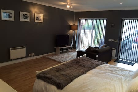 Modern Studio in Corsham - en-suite - Dom