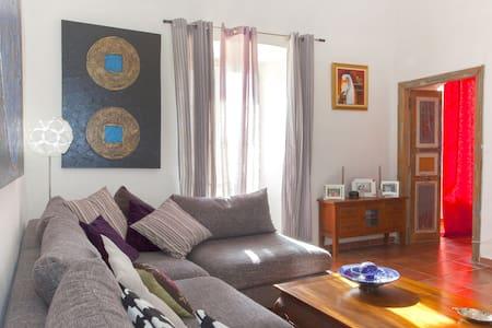 Chambres en centre ville .. Quartier vivant !!! - Apartment