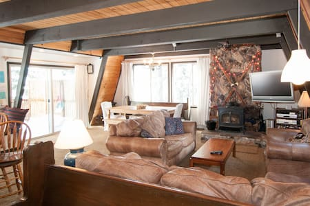 Our cozy cabin offers a quiet, spacious place for families & friends to spend time together.  Hikes & Bike Trails straight from the front door, later BBQ on the new redwood deck and then relax those tired muscles in the hot tub.Pure Mountain Bliss :)