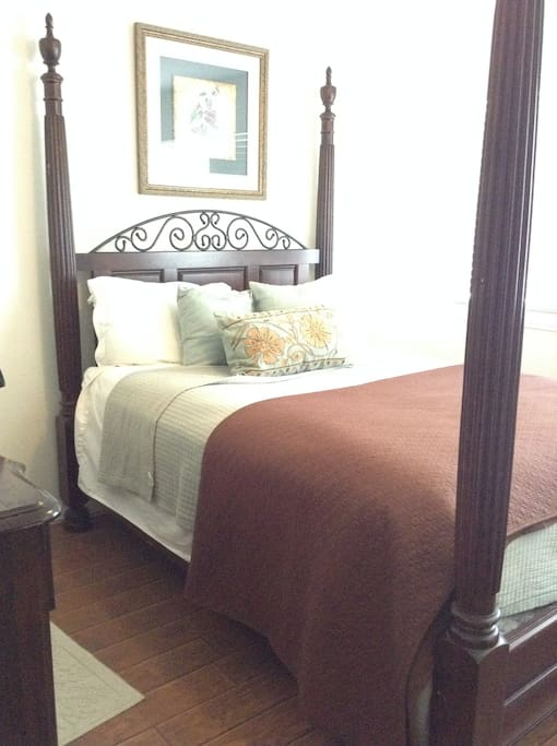 Queen bed in both bedrooms. Very comfortable.