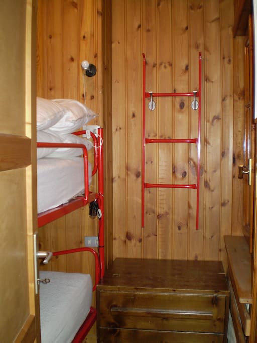 stanza con due letti a castello/room with 2 bunk bed