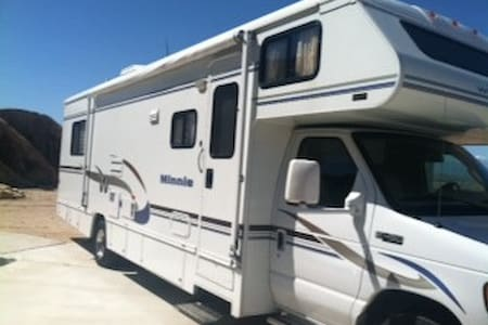 NEW MOTORHOME PARKED IN YARD - Campingvogn