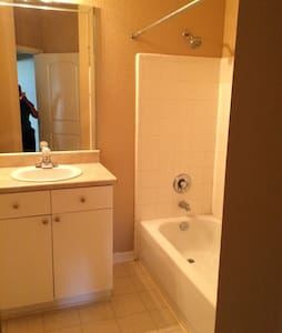 Tampa Guest bedroom w/walk in closet& private bath - Tampa - Wohnung