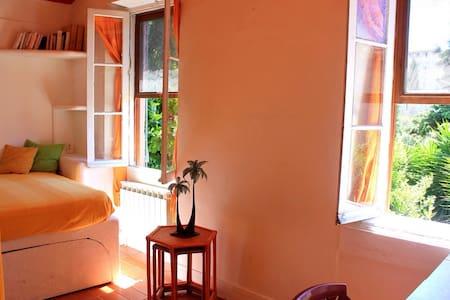 Jolie chambre lumière verdure calme - Haus