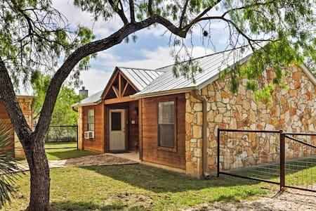 Phenomenal 1BR Lakehills Cabin - Blockhütte