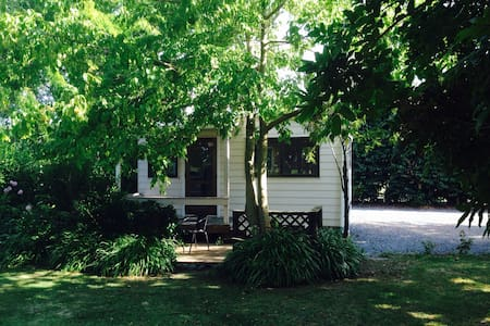 Private self contained cottage - Huis