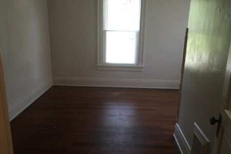 Very basic 3 bedroom apt. (2 bedrooms available) - Oxford