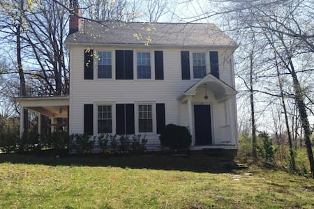 Lovely 3BED/3 Bath Historic Home in Mayberry! - Hus