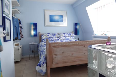 Seaview attic room nr Brighton stn