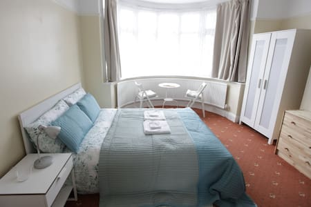 Double bedroom, nice,quiet, safety! - House