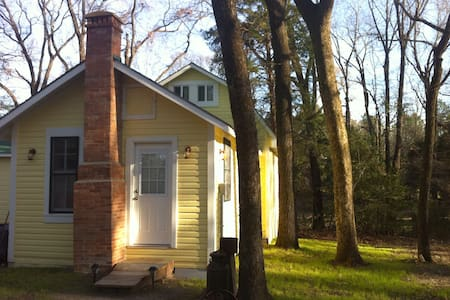 Private Cottage on 58 acres - Mineola - Bed & Breakfast