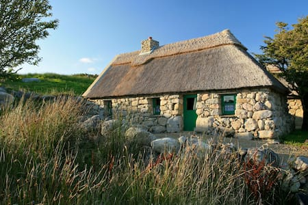 Between mountains and sea, with nature at your doorstep, Cnoc Suain is the ideal retreat. Relax in an atmosphere of tranquillity and timelessness, surrounded by 200 acres of wild heathers, bogland, hedgerows & birdsong.