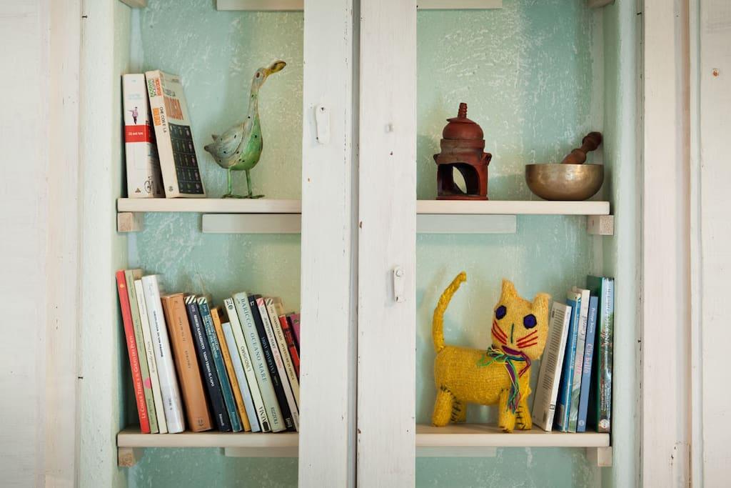 Un particolare della libreria in camera.