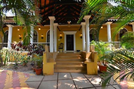 Portuguese Villa with pool in North Goa, India - Siolim - Villa