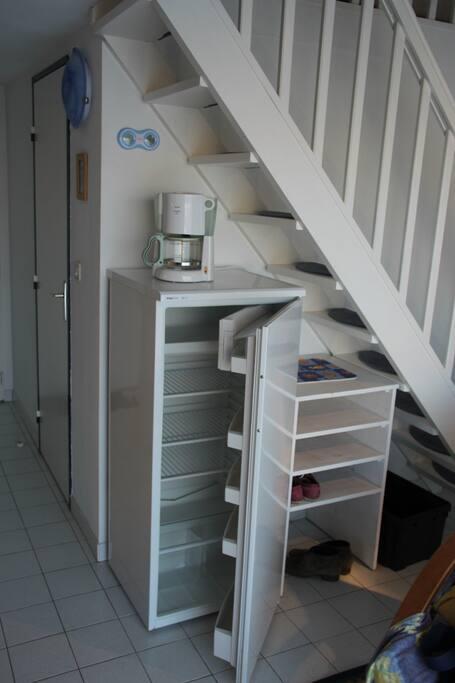 Kühlschrank, Schuhregal, Aufgang zur Mansarde