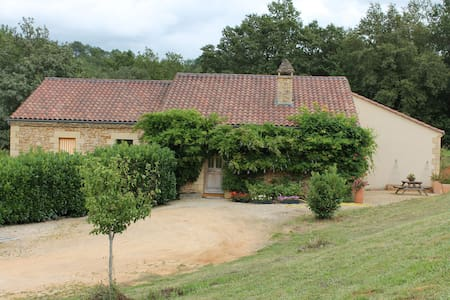 Double bedrooms available at Proissans, close to medieval Sarlat. Peaceful setting, easy access to all local attractions and sites of interest. Bi-lingual family. For a second bedroom or if this one is booked, please look also at our second advert