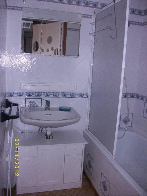 La salle de bain avec une baignoire