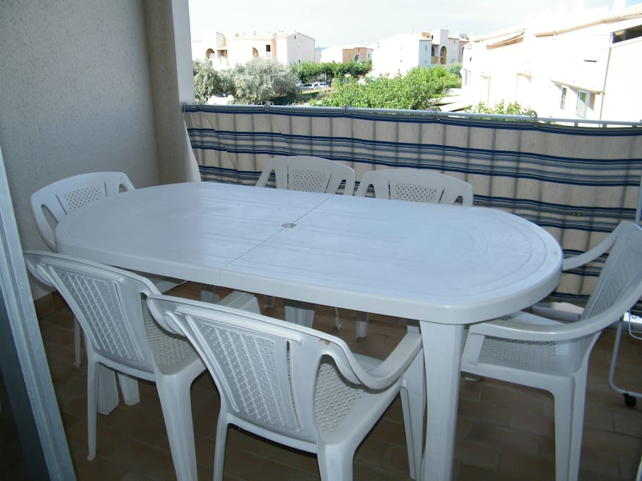 La terrasse avec table et son barbecue.