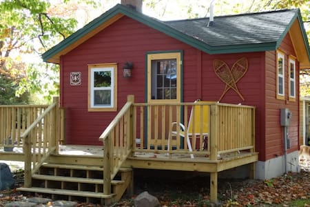 Little Red Bunk House - Mackinaw City - Stuga