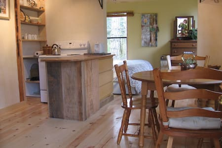 Cabin set in  naturalists haven - Salt Spring Island - Cabin