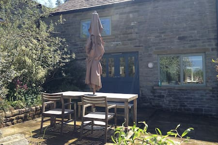 Private barn room + ensuite - New Mills - House